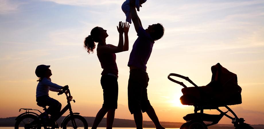 """Famiglia, il decreto che cambia il Codice civile: """"figli e basta"""", nessuna differenza tra legittimi e naturali"""