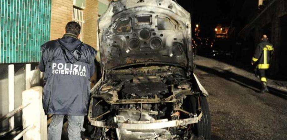 Caltanissetta. A fuoco l'auto di un impiegato. Rogo danneggia prospetto di palazzo: aperta indagine