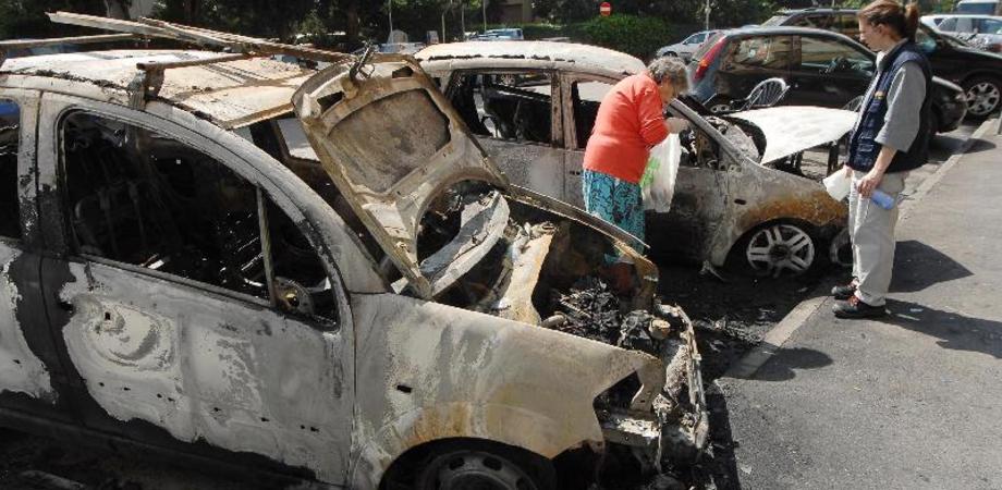 Tentano di incendiare due auto nel Nisseno. Presi di mira un avvocato e la figlia