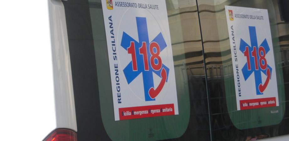 Caltanissetta, inciampa in una buca e si ferisce una spalla: 59enne trasportata in ospedale