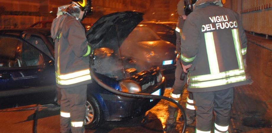 """Fiamme nel quartiere Santa Petronilla, bruciata l'auto di un impiegato: """"E' stato un corto circuito"""""""