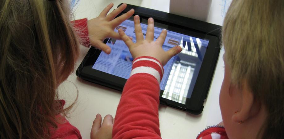 Gli esperti: ragazzi più tecnologici, ma a tavola si parla di meno. Colpa di tablet e smartphone