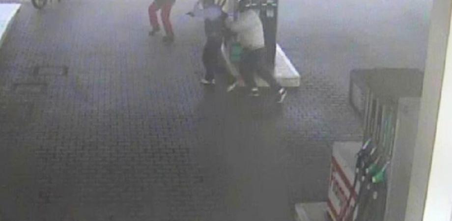 Violenta rapina a Gela, bandito spara e ferisce alla gamba benzinaio