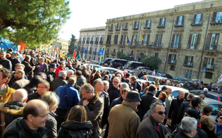 http://www.seguonews.it/il-popolo-dei-regionali-scende-in-piazza-contro-il-governo-non-abbiamo-stipendi-da-nababbi
