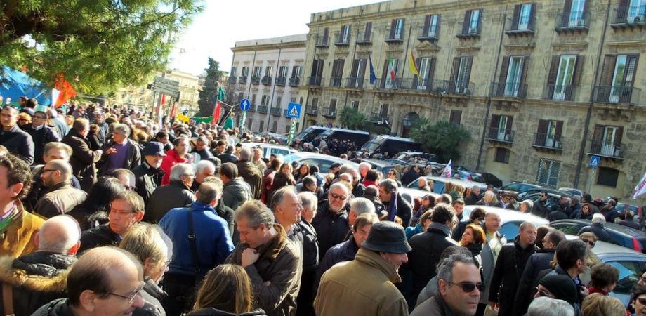"""Il popolo dei regionali scende in piazza contro il governo: """"Non abbiamo stipendi da nababbi"""""""