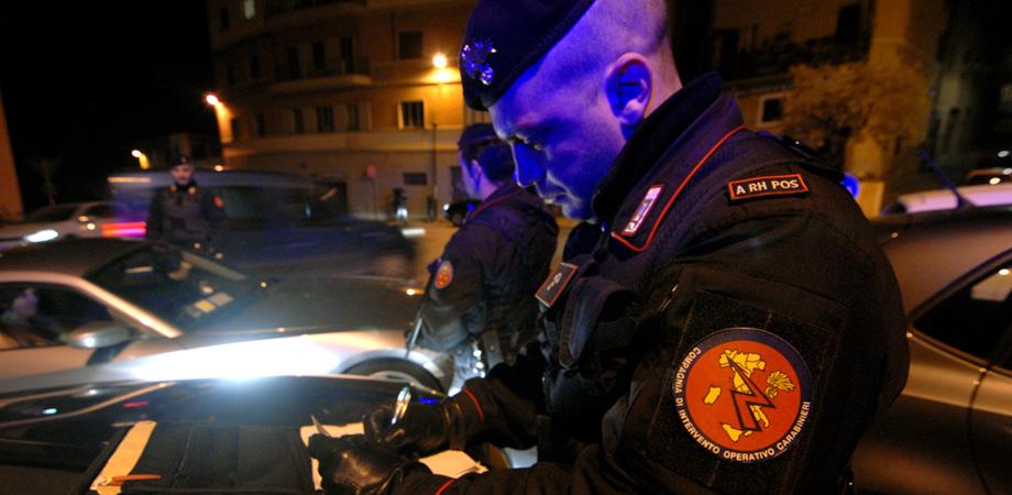 Giravano armati di coltelli a serramanico. San Cataldo, due ventenni denunciati dai carabinieri