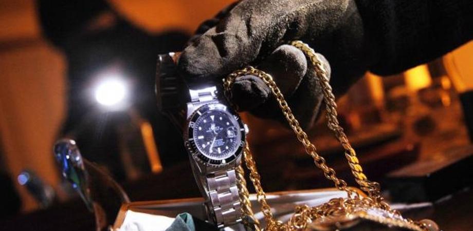 Giocatori del Mussomeli in campo, i ladri svaligiano l'appartamento e rubano soldi e orologi