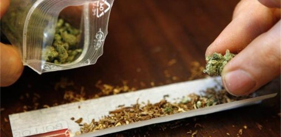 Riesi, nascondeva sotto l'immondizia 300 grammi di marijuana: arrestato un 24enne