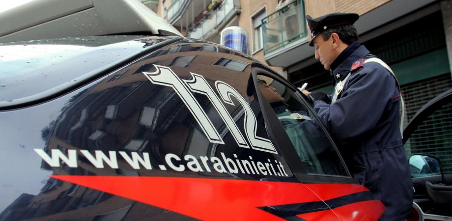 Calci e pugni ai carabinieri, raptus di una ragazza di Riesi. Finisce agli arresti domiciliari