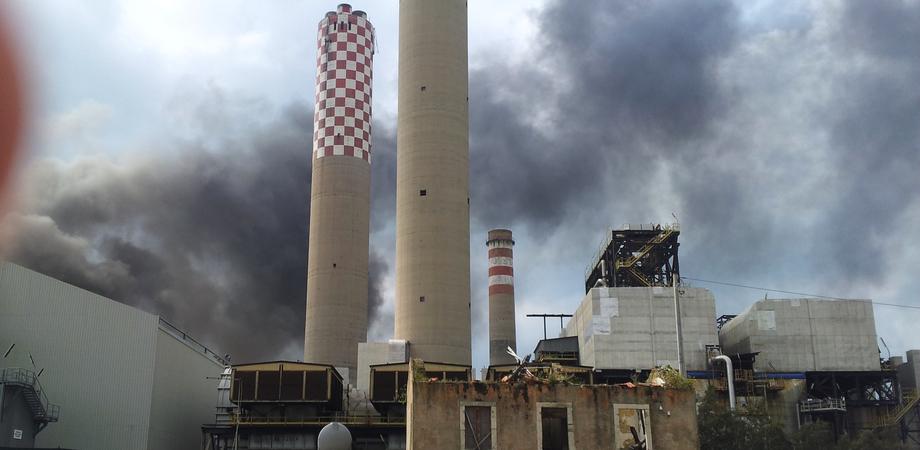Terrore a Gela: scoppia vasto incendio all'interno della Raffineria. Nessun ferito, la Procura apre un'inchiesta