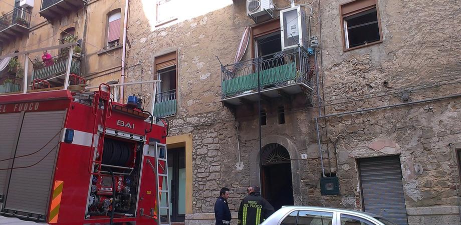 Via Roma, corto circuito in casa. Anziana nissena salvata da Polizia e vigili del fuoco