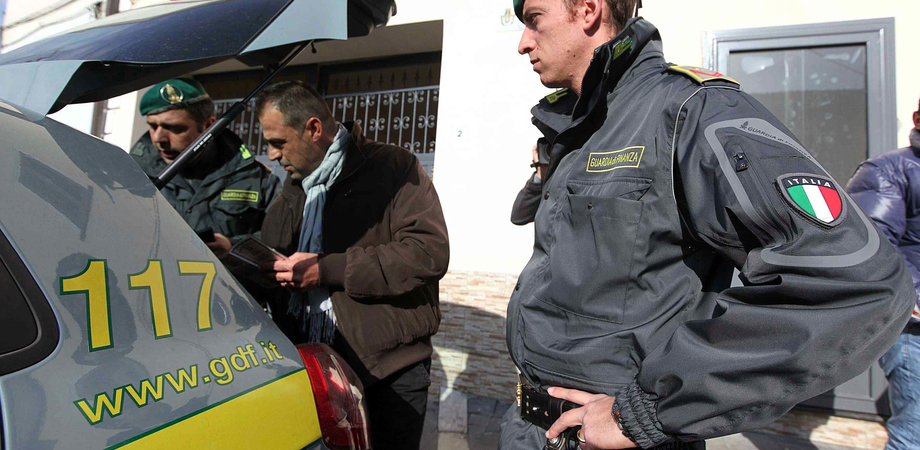 Giro di fatture false per fornitura carta. Arrestate 5 persone tra Gela e Niscemi