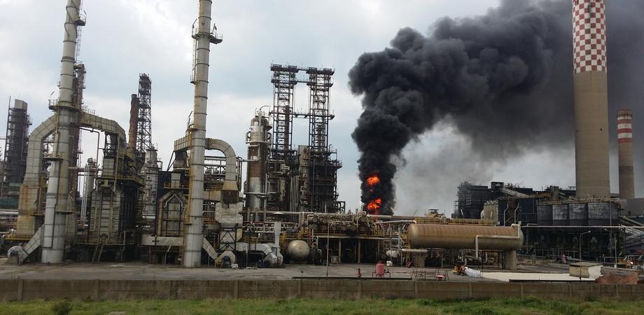 Gela, la Procura sequestra l'area dopo l'incendio alla Raffineria