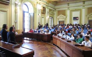 http://www.seguonews.it/una-speciale-riunione-nellaula-consiliare-di-palazzo-del-carmine-con-i-bambini-della-leonardo-sciascia