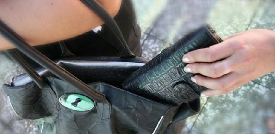Donne nissene derubate durante le vacanze. Una lascia borsa in auto, l'altra depredata a Madrid