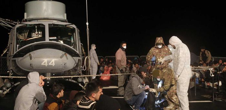 Immigrazione: arrestati 4 scafisti. Oggi oltre mille migranti attesi a Pozzallo