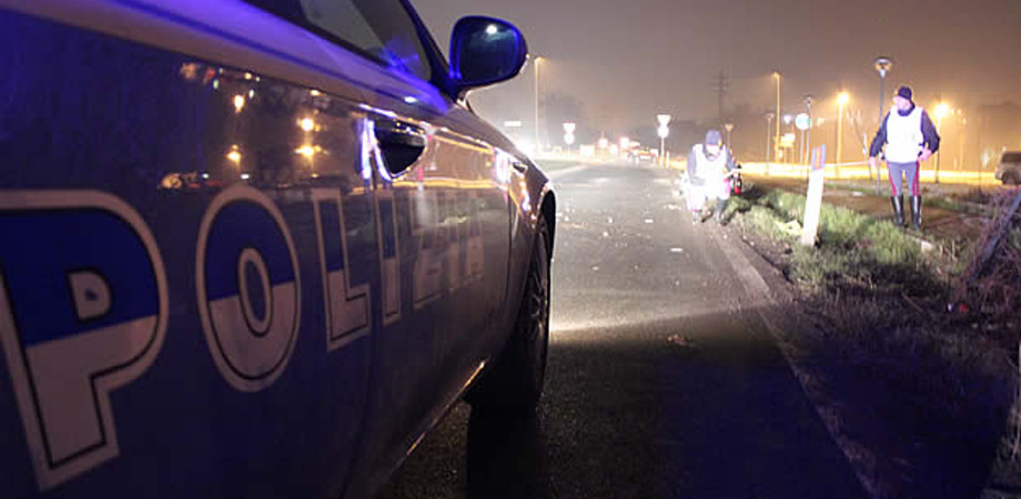 Carambola notturna in via Salvo D'Acquisto: brillo al volante provoca un incidente. La Polizia lo denuncia