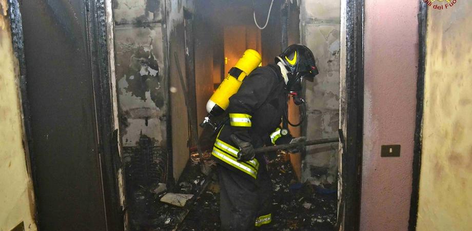 Appiccano fuoco a ex mattatoio, senzatetto rischia di morire a Gela. Tre romeni scoperti dai carabinieri