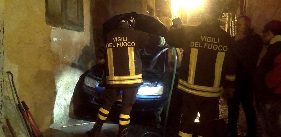 Via Bachelet a Niscemi risvegliata dalle fiamme: i vigili del fuoco domano l'incendio in una Golf