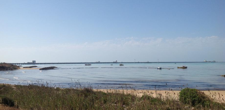 Petrolio in mare a Gela, sotto inchiesta per disastro otto tecnici della Raffineria Eni