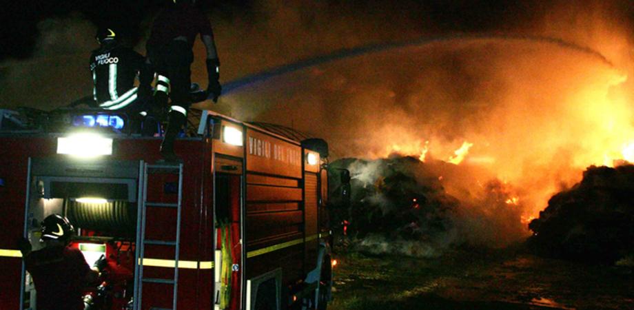 """Gela, incendio distrugge un capannone in contrada """"Poggio Blasco"""": c'erano all'interno 250 balle di fieno"""