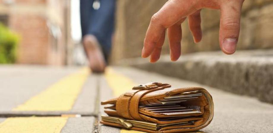Tassista di Cefalù trova un portafoglio con 1000 euro e lo restituisce al turista