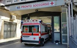 Caltanissetta, si lamenta che la frutta è marcia e viene preso a pugni dal rivenditore: 30enne in ospedale