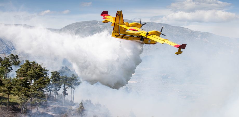 Mazzarino, bosco in fiamme dall'alba. Mobilitati canadair e squadre antincendio