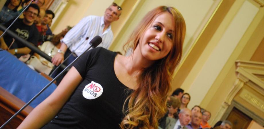 Manuela, la consigliera pasionaria No Muos. In aula sfoggia la t-shirt anti Usa