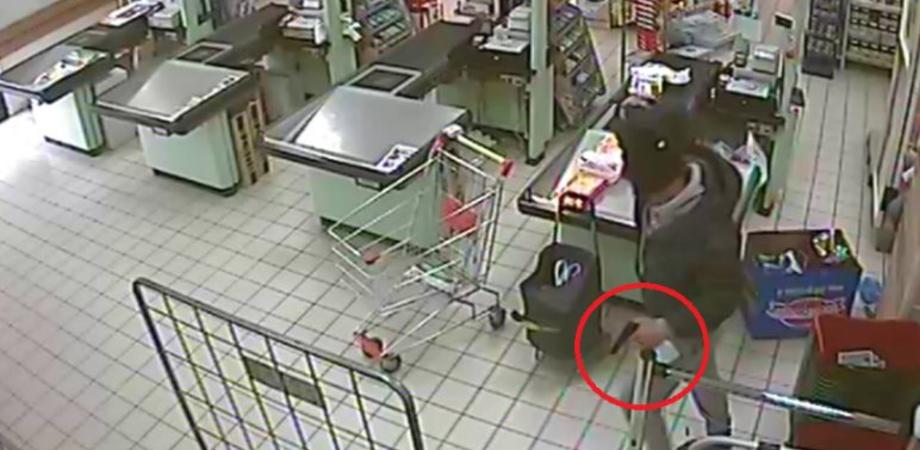 Fallita rapina a minimarket a San Cataldo. Commerciante reagisce, bandito armato in fuga