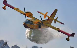 Caltanissetta, incendio devasta la campagna tra il cimitero e Santa Barbara: canadair in azione