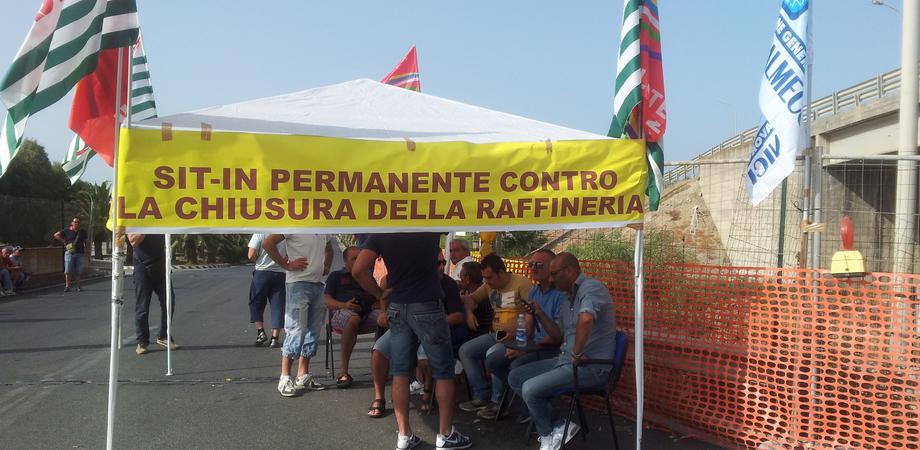 Vertenza Eni a Gela, si alza il tono della protesta. Duecento operai in presidio all'aeroporto di Comiso
