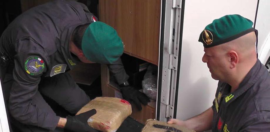 La droga viaggia in camper: 300 chili di marijuana a bordo, arrestate 7 persone