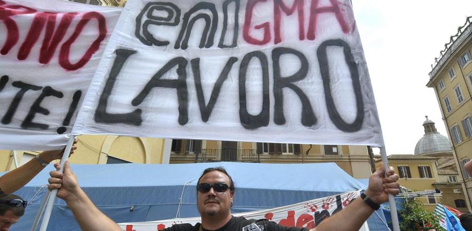 """Cancelli bloccati al petrolchimico di Gela: sciopero del personale. """"Eni non rispetta il protocollo sul green"""""""