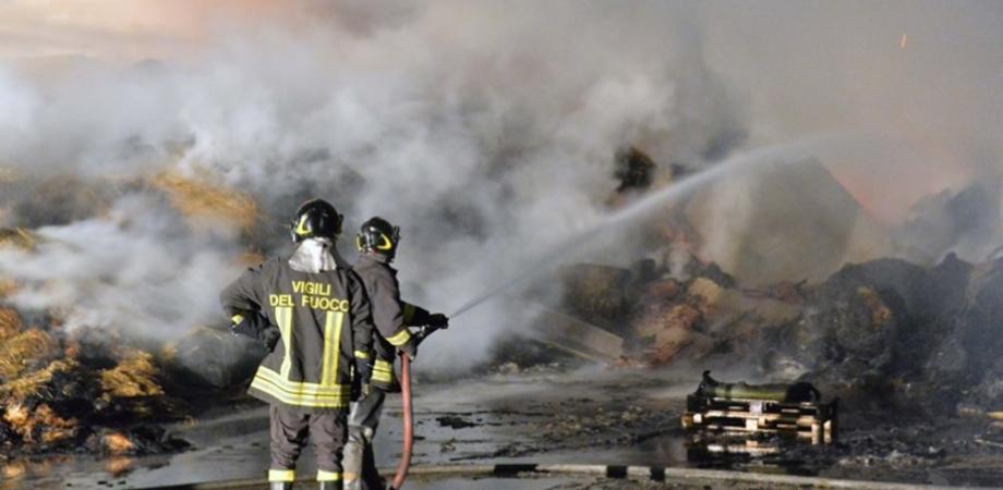Vasto incendio brucia fienile a Caltanissetta. I vigili del fuoco domano le fiamme dopo 17 ore