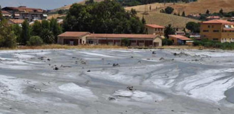 Vulcanelli di Santa Barbara, si temono nuove esplosioni. Il Comune vieta l'accesso all'area delle maccalube
