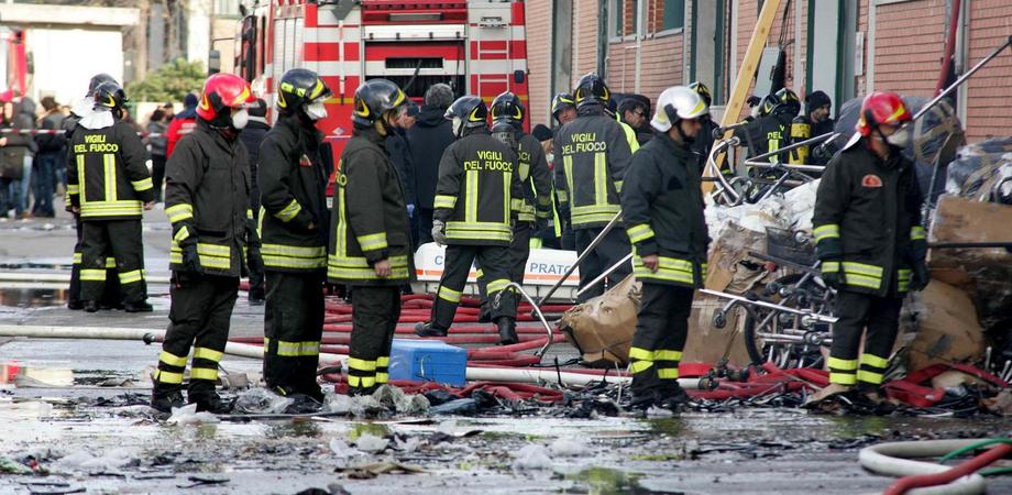 """San Cataldo: incendio di sterpaglie danneggia deposito della fabbrica """"Gfm"""""""