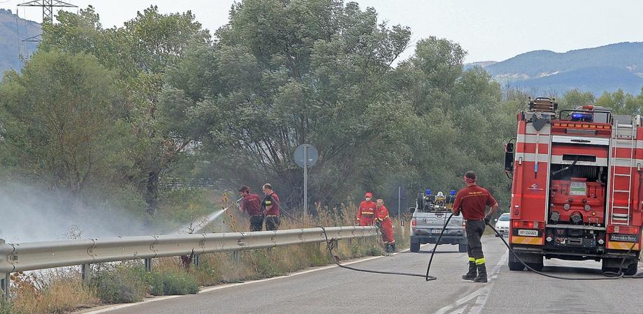 Sterpaglie a fuoco sulla statale 640, circolazione in tilt per ore. Vigili del fuoco e Polizia mobilitati