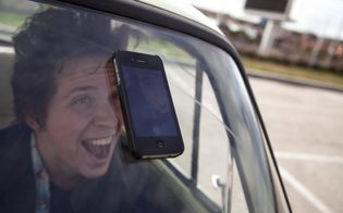 http://www.seguonews.it/selfie-al-volante-pericolo-costante-un-giovane-su-4-alla-guida-lo-posta-su-facebook
