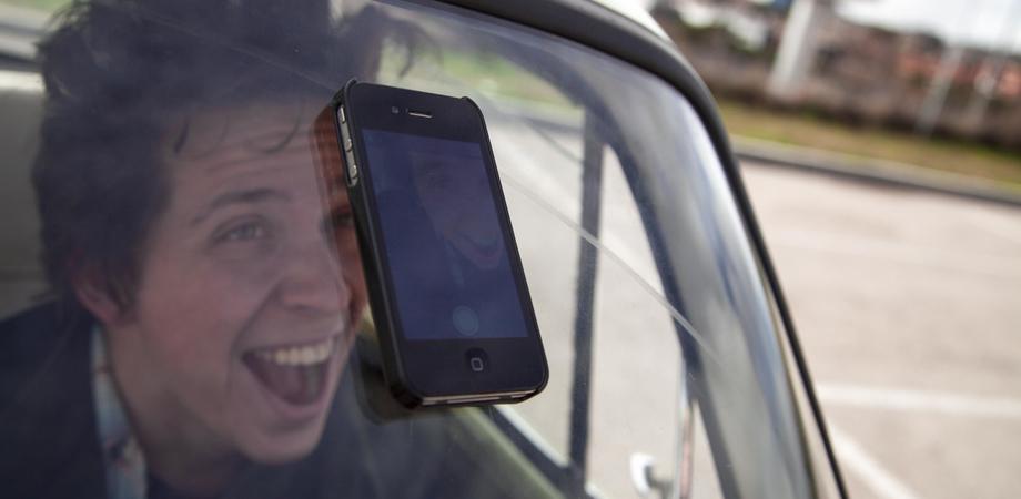 Selfie al volante, pericolo costante. Un giovane su 4 alla guida lo posta su Facebook