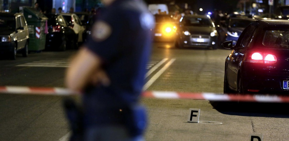 Serata di terrore a Gela, sparatoria in piazza: ucciso tassista. Caccia a due killer fuggiti in motocicletta