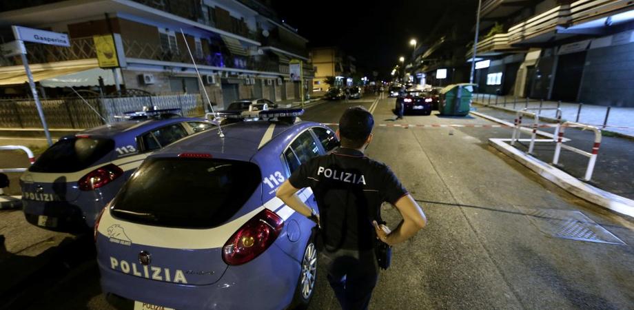 Gelese non si ferma all'alt della polizia e fugge per le vie cittadine: nel corso dell'inseguimento si schianta contro l'arredo esterno di una pizzeria