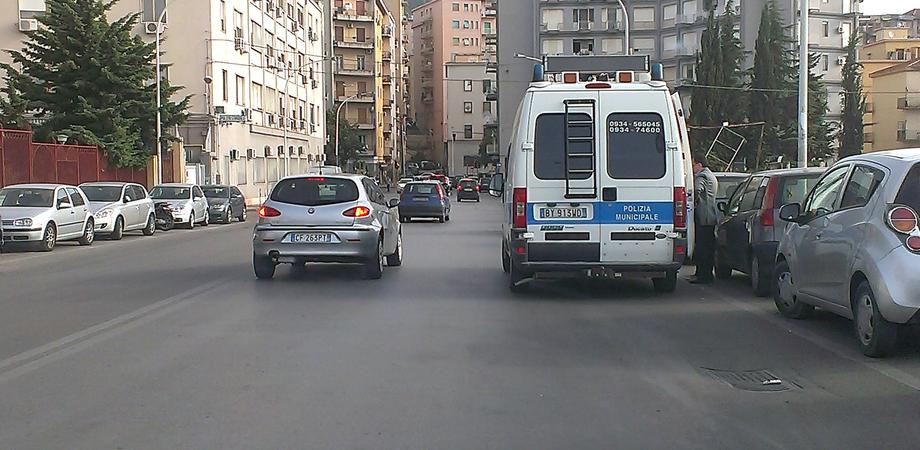 Incidente in via Catania. Insegnante attraversa la strada, scooterista la investe