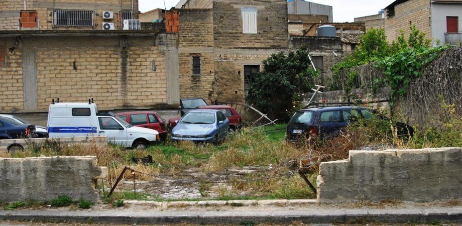 """Demolizioni d'auto abusive a Niscemi, denunciato titolare di officina """"fuorilegge"""""""