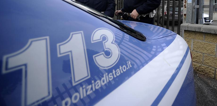 Abbandonano il figlio in auto sotto il sole cocente e si allontanano, un poliziotto salva il piccolo