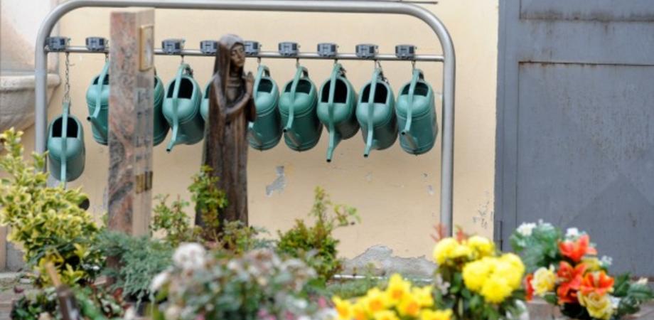 """Non c'è pace al cimitero """"Angeli"""". Ladri razziano vasetti e tubi di rame da tombe e cappelle gentilizie"""