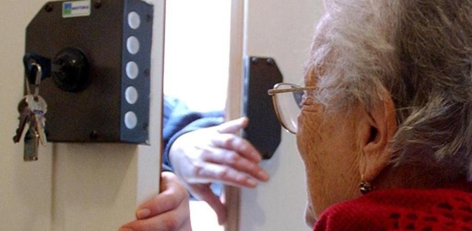 Caltanissetta, 90enne avvicinata da falsi agenti del gas sventa il furto e li denuncia