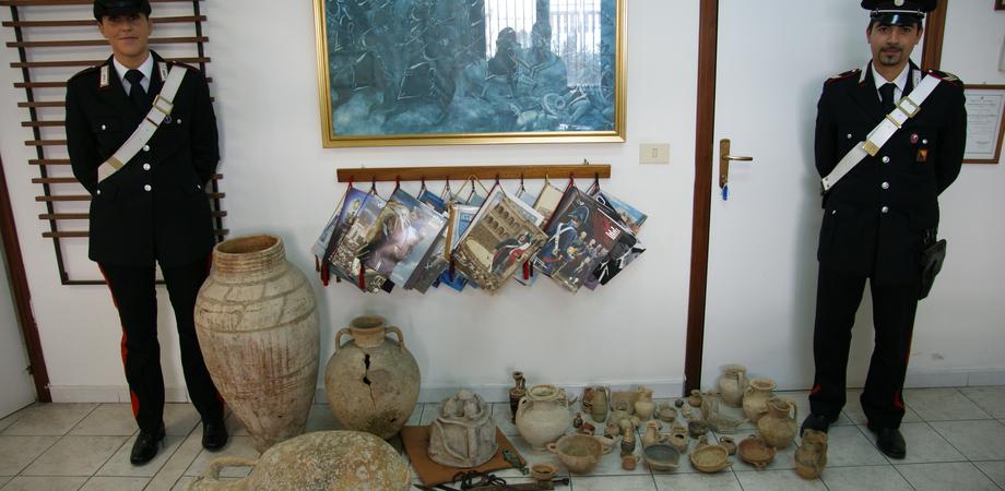 Gela. Trova reperti archeologici in casa della madre morta. Manufatti antichi esposti come soprammobili