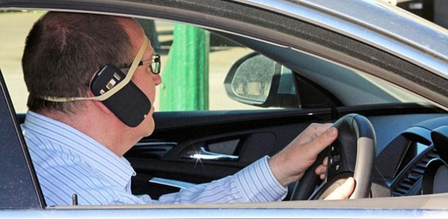 Ritiro patente per chi al telefono mentre guida: la proposta dell'Asaps