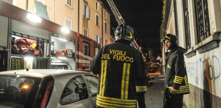 Scoppia incendio in una palazzina a Riesi, mamma e figlie tratte in salvo